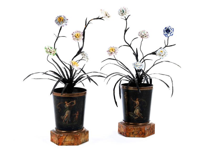 Paar seltene Empire-Cachepots mit Bemalung und Blüten in Porzellan