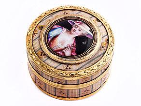 Kleine Gold-Schildpattdose mit Lackmalerei und Miniaturbildnis