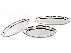 Drei große, ovale Silberplatten mit geschweifter Fahne