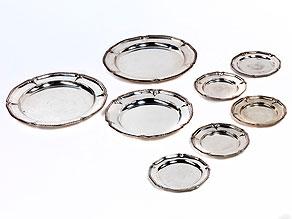 Konvolut von acht Platten und Tellern
