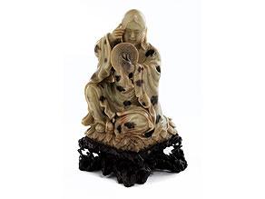 Specksteinfigur eines sitzenden Lohan