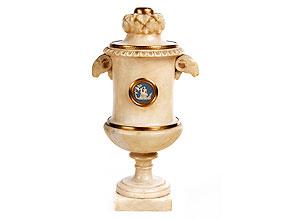 † Deckelvase in Alabaster mit Montierungen in vergoldeter Bronze