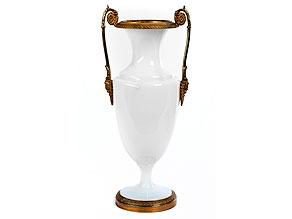 † Kaminvase in weißem Milchglas mit Bronzemontierungen