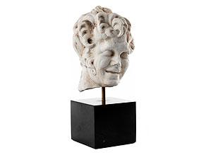 Kopf eines jugendlichen Mannes in weißem Marmor