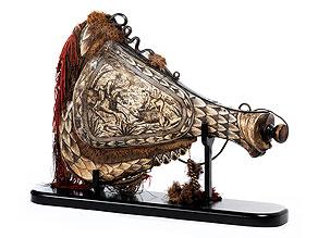 Außerordentlich großes Pulverhorn in Bein
