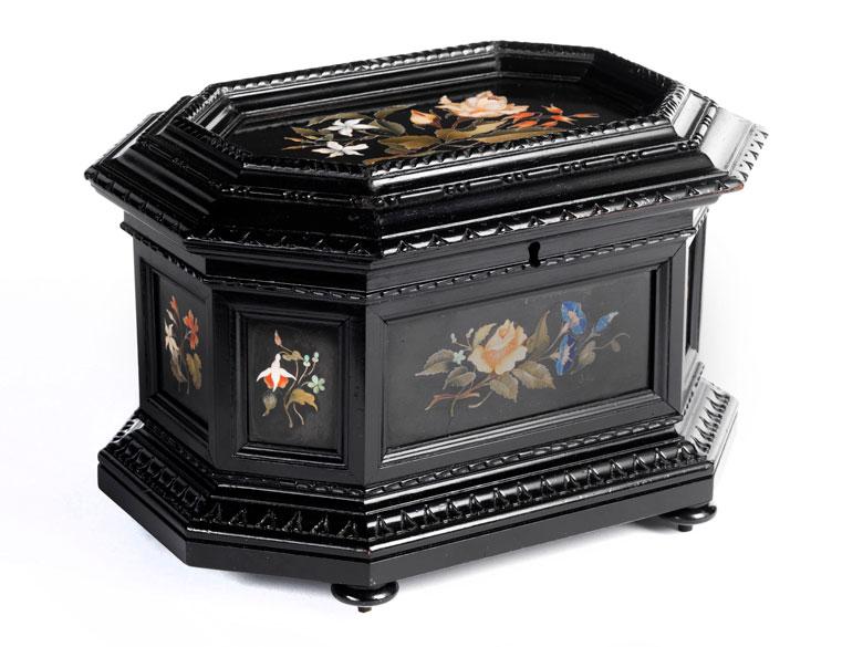 † Ebonisierte Holzschatulle mit eingelegten, floral dekorierten Pietra dura-Platten