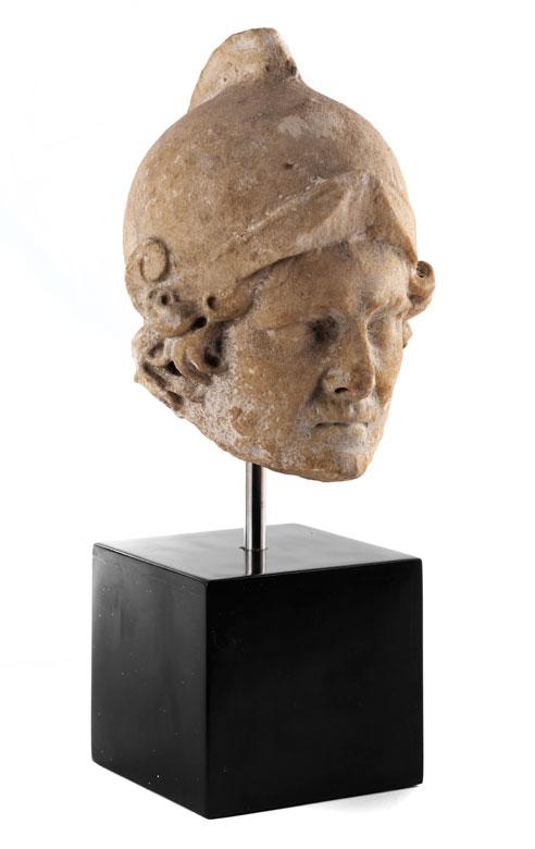 Marmorkopf eines Römers mit Helm