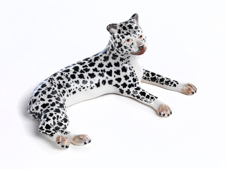 Porzellanfigur eines liegenden Panthers