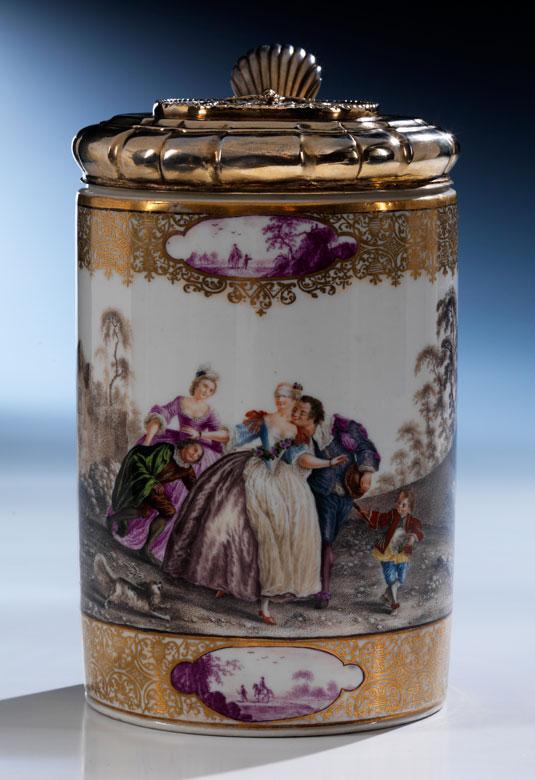 Musealer, reich dekorierter und bemalter Meissener Porzellan-Walzenkrug mit Silberdeckel