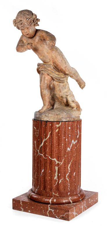 Geschnitzte Puttofigur mit Turteltauben über marmoriertem Säulenstumpf