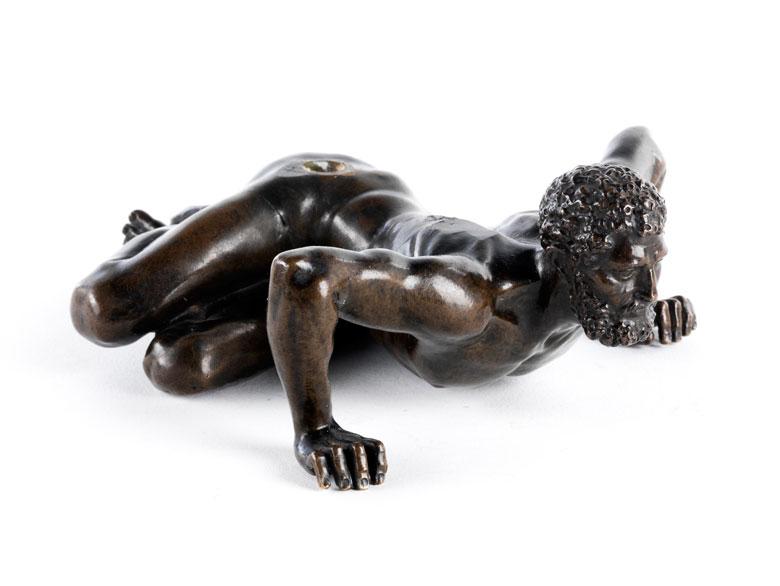 Bronzefigur eines am Boden liegenden Mannes