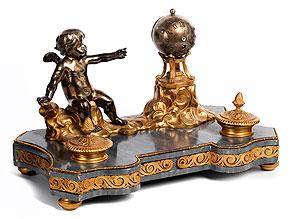† Großes Schreibzeug mit Uhr und figürlicher Dekoration