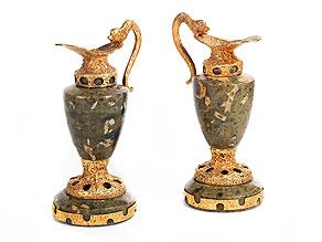 † Paar kleine Ziervasen in Marmor und 14 kt Gold