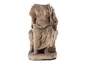 Marmorfigur einer thronenden weiblichen Gottheit