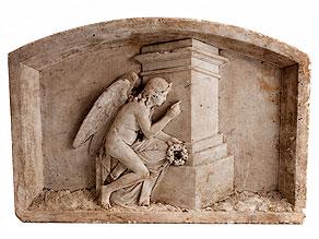 Marmorrelief mit Darstellung eines nackten Genius