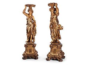 Paar weibliche Figuren auf hohen geschnitzten Podesten