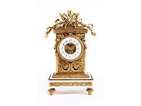 Große Kaminuhr in vergoldeter Bronze und weißem Marmor im Louis XVI-Stil