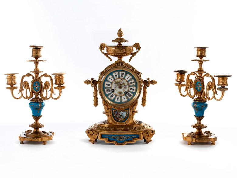 Kaminuhren-Garnitur mit zwei dreiflammigen Kerzenleuchtern in Bronze, Vergoldung und blauem Email