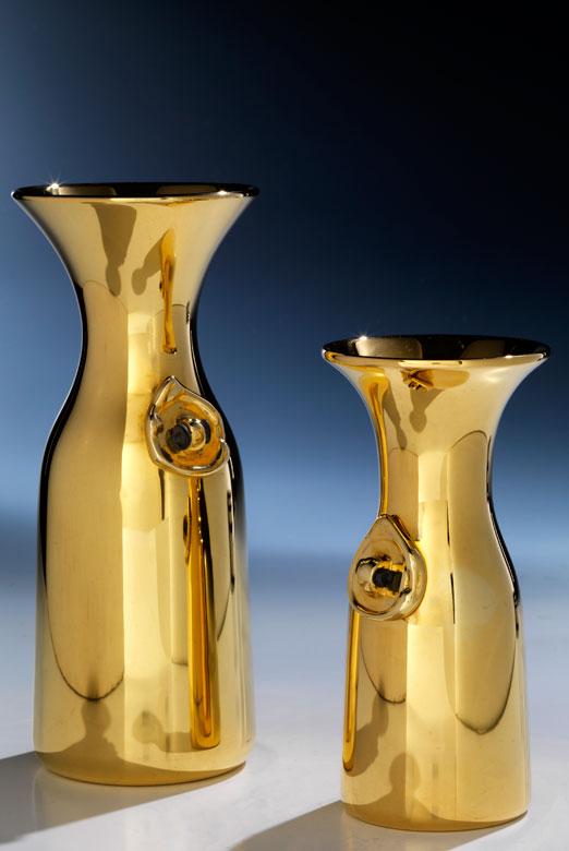 Eine große und eine kleine Weinflasche aus Gold von Bulgari