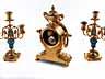 Detail images:  Kaminuhren-Garnitur mit zwei dreiflammigen Kerzenleuchtern in Bronze, Vergoldung und blauem Email
