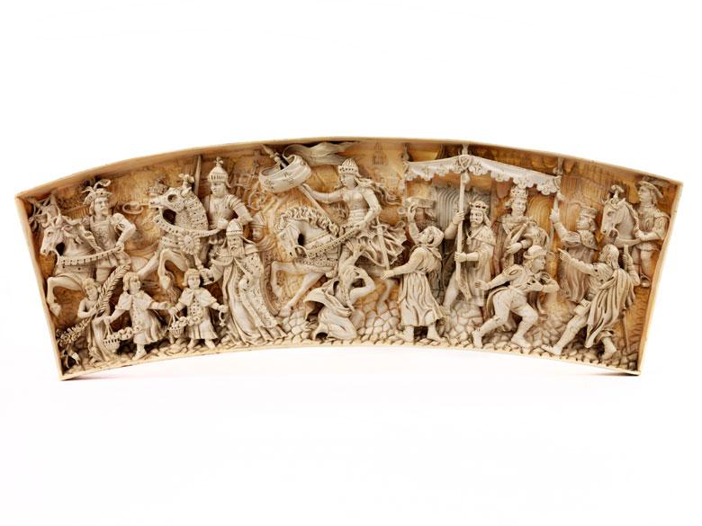 Elfenbeinrelief mit historischer Darstellung der Jungfrau von Orléans