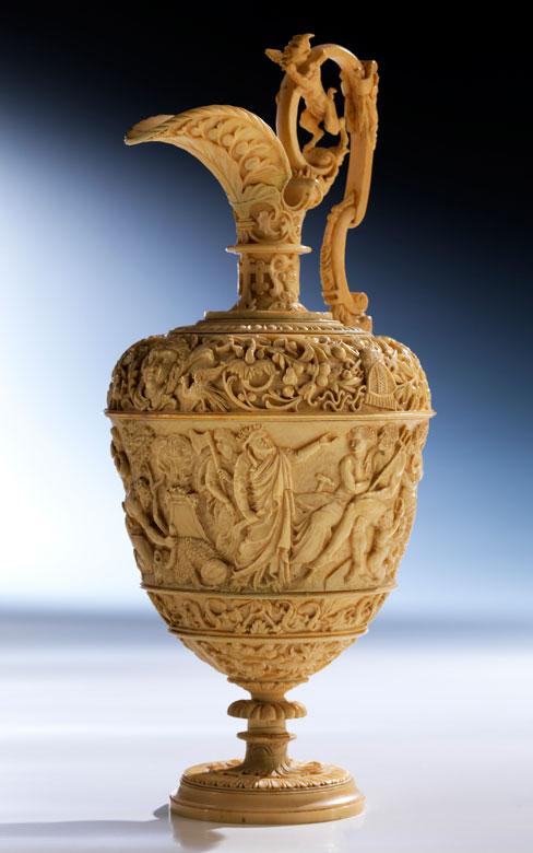 Museale, historistische Kanne in Elfenbein