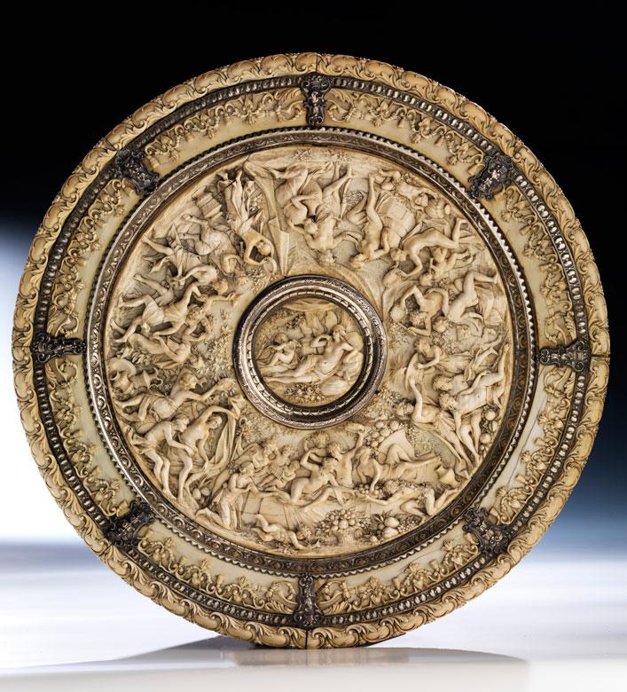 Großer Elfenbein-Reliefteller mit Silbermontierung