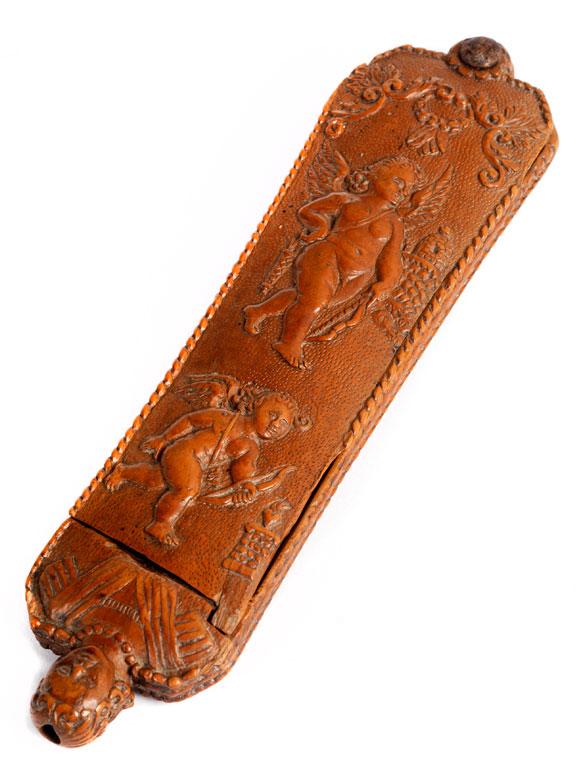 Seltene, reich im Relief beschnitzte Tabakreibe
