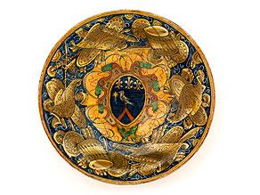 Majolika-Schüssel mit Wappen und Kriegstrophäen-Malerei