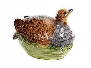 Porzellan-Pasteten-Terrine in Form eines Rebhuhns im grünen Flechtkorb