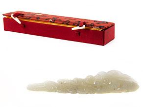 Weißes Jadeobjekt mit Lingzhi-Pilzen und Kind
