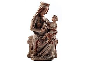 Steinskulptur einer thronenden Madonna mit Kind