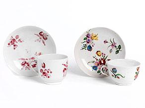 Zwei Porzellantassen mit zugehörigen Untertassen
