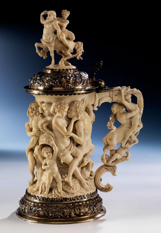 † Großer, figürlich beschnitzter Elfenbeinhumpen mit Silbermontierung