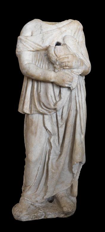 Römische Marmorstatue einer Frau in langem Gewand mit einer Opfer-Weihgabe