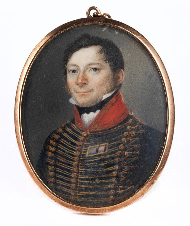 Ovales Miniaturportrait eines jungen Offiziers in Uniform mit rotem Stehkragen