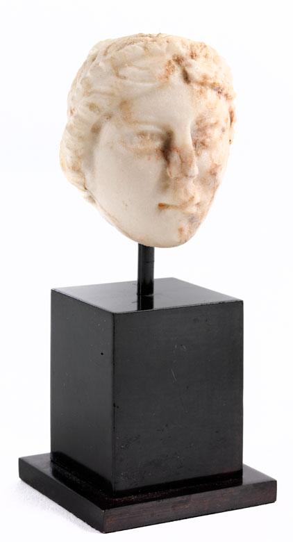 Kleiner Frauenkopf in kristallinem Marmor