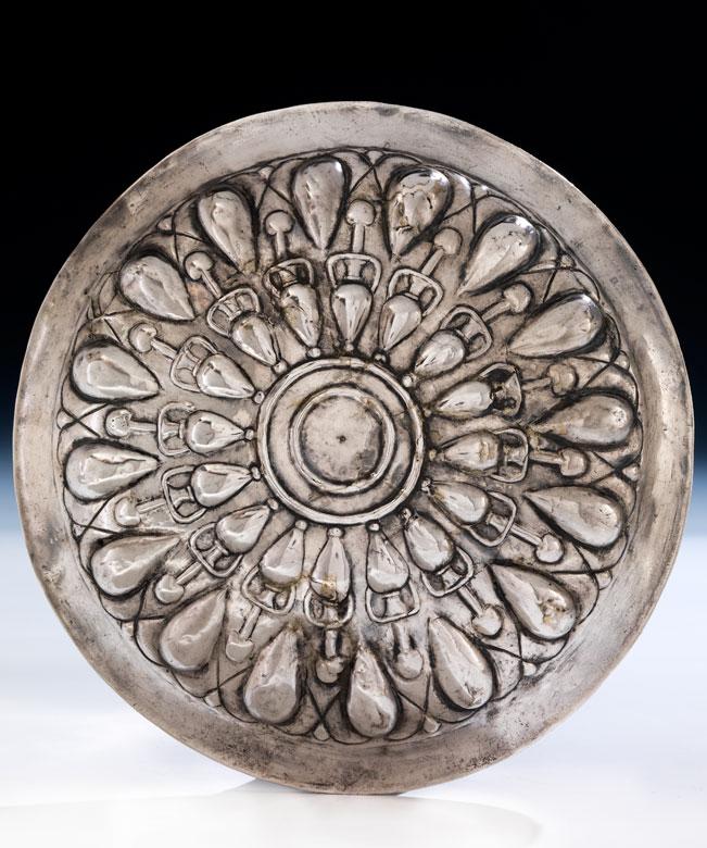 Seltene Silberplatte mit Amphorendekor