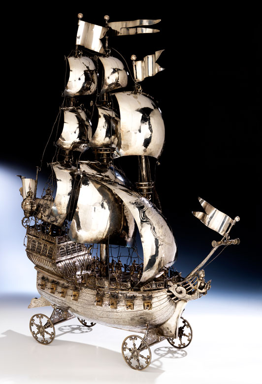 Sehr großes, silbernes Prunkschiff