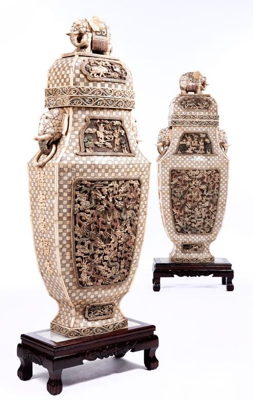 Zwei prächtige Elfenbeinvasen in ungewöhnlicher Größe
