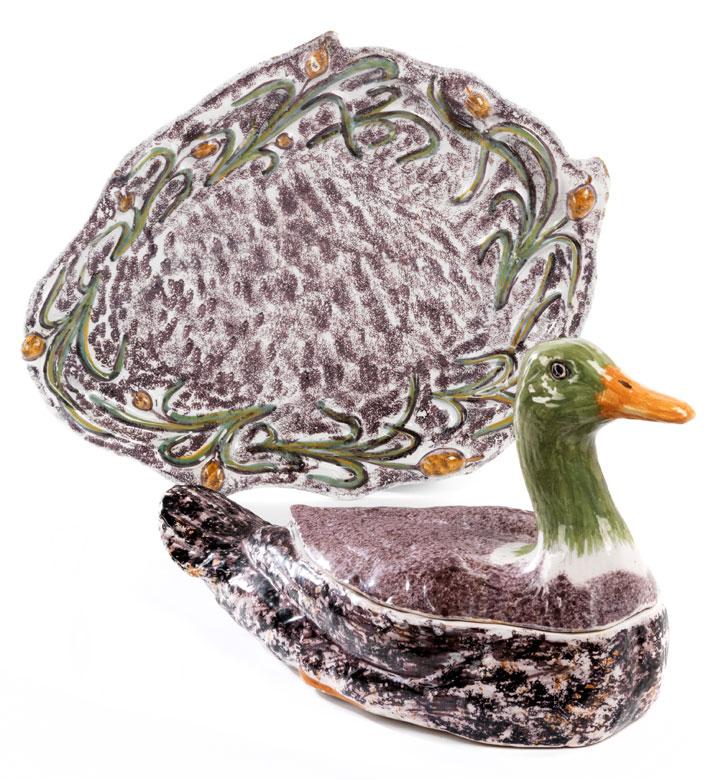 Fayence-Deckelterrine in Form einer Ente auf Présentoire