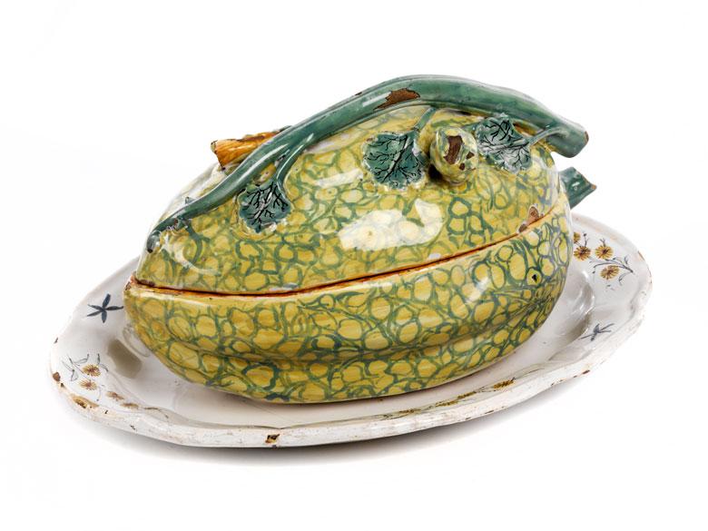 Fayence-Deckelgefäß in Form einer Melone auf einem Présentoire