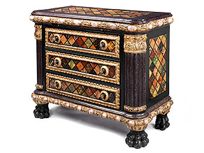 Äußerst seltene Kommode mit trompe l'oeil-artiger Fassung, in der das Möbel in Marmor und verschiedenfarbigem Stein erscheint