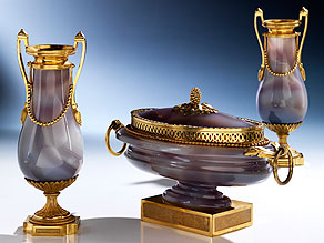 Äußerst seltene, elegante Kaminaufsatzgarnitur in grauem Lagenachat und vergoldeter Bronze