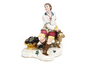 Porzellanfigur eines jungen Schäfers mit Schaf und Korb