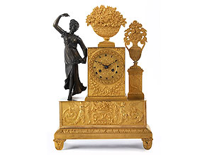 Kaminuhr in Bronze mit figürlicher Dekoration