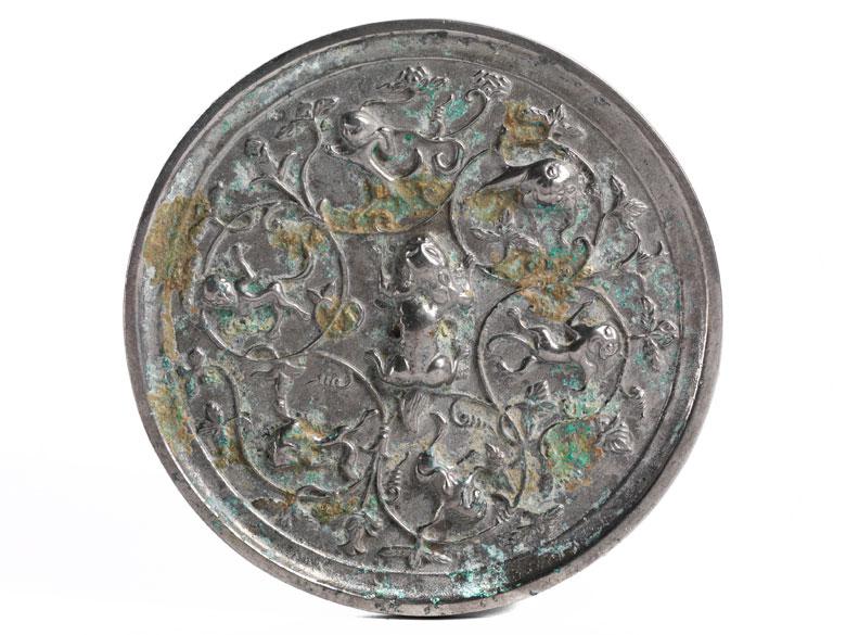 Kleiner Bronzespiegel mit Fabelwesen