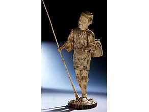 Außergewöhnlich hohe Okimono-Figur in Elfenbein