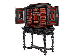 Eleganter Kabinettkasten in Ebenholz und leuchtend rotem Schildpatt