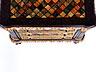 Detail images:  Äußerst seltene Kommode mit trompe l'oeil-artiger Fassung, in der das Möbel in Marmor und verschiedenfarbigem Stein erscheint
